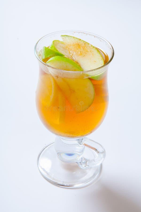 Cidre de pomme épicé Cocktail chaud dans le verre photos libres de droits