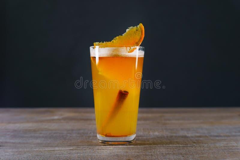 Cidre de pomme chaud avec l'orange et la cannelle images libres de droits
