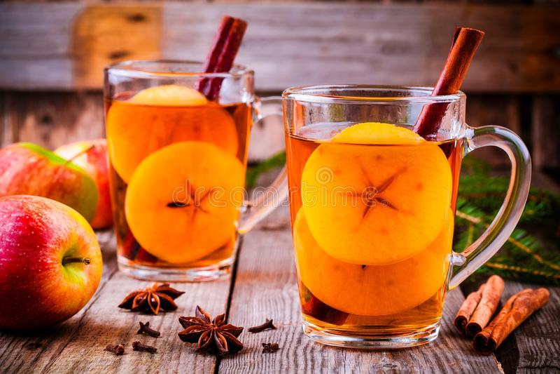 Cidre de pomme chauffé avec de la cannelle et des anis dans des tasses en verre photo stock