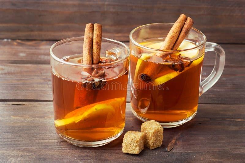 Cidre de vin chaud dans des tasses en verre avec de la cannelle, l'anis et les pommes Le concept de la barre de cocktail photo stock