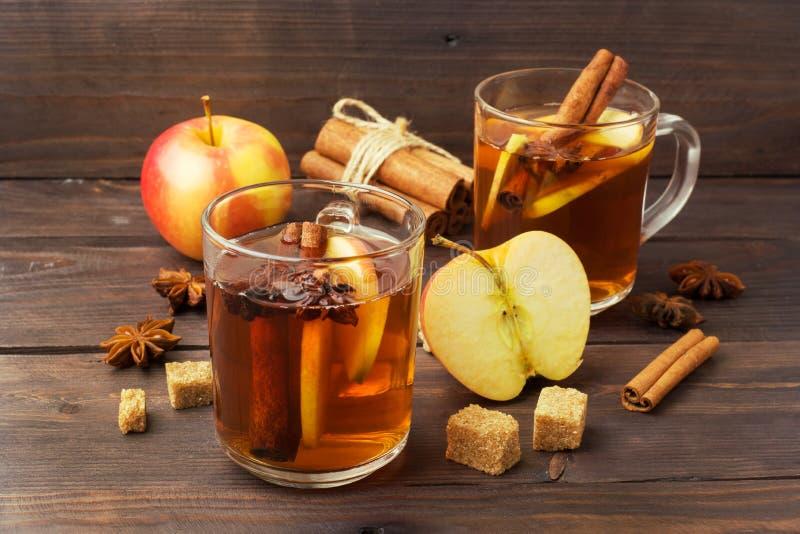 Cidre de vin chaud dans des tasses en verre avec de la cannelle, l'anis et les pommes Le concept de la barre de cocktail images stock