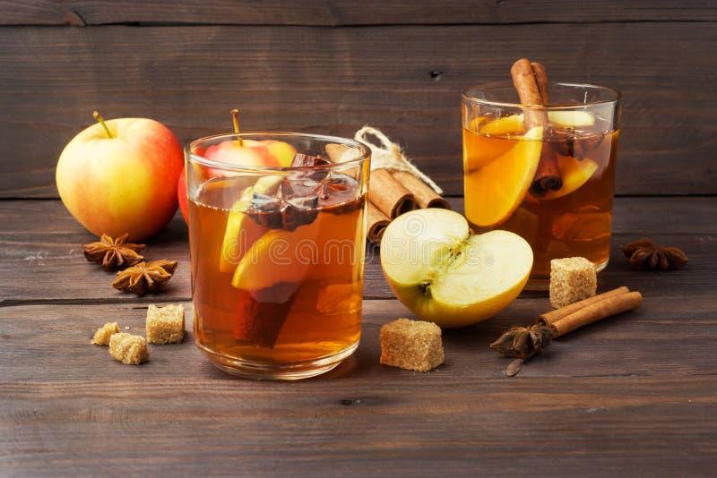 Cidre de vin chaud dans des tasses en verre avec de la cannelle, l'anis et les pommes Le concept de la barre de cocktail image stock