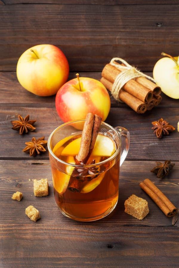 Cidre de vin chaud dans des tasses en verre avec de la cannelle, l'anis et les pommes Le concept de la barre de cocktail image libre de droits
