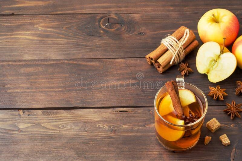 Cidre de vin chaud dans des tasses en verre avec de la cannelle, l'anis et les pommes Le concept de la barre de cocktail Copiez l photographie stock libre de droits