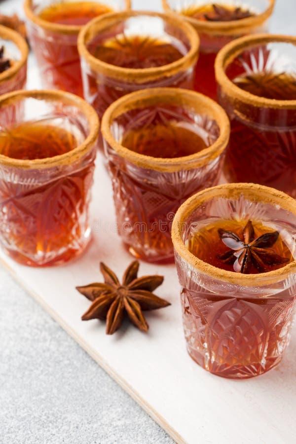 Cidre de vin chaud dans de petites piles avec de la cannelle et l'anis Le concept de la barre de cocktail photographie stock