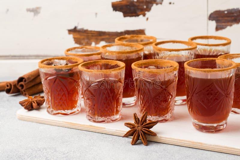 Cidre de vin chaud dans de petites piles avec de la cannelle et l'anis Le concept de la barre de cocktail image stock