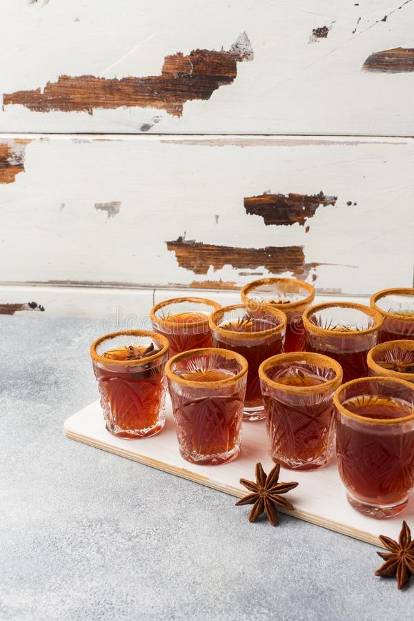Cidre de vin chaud dans de petites piles avec de la cannelle et l'anis Le concept de la barre de cocktail photos stock
