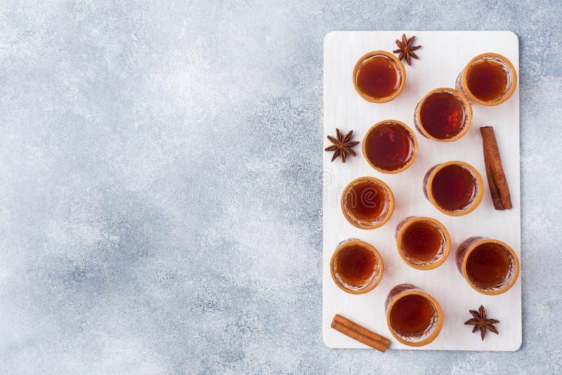 Cidre de vin chaud dans de petites piles avec de la cannelle et l'anis Le concept de la barre de cocktail L'espace de copie de vu image stock
