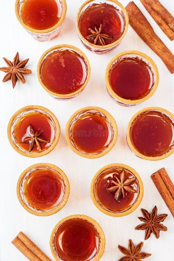Cidre de vin chaud dans de petites piles avec de la cannelle et l'anis Le concept de la barre de cocktail Vue supérieure image stock