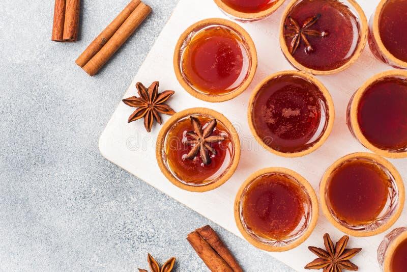 Cidre de vin chaud dans de petites piles avec de la cannelle et l'anis Le concept de la barre de cocktail Vue supérieure photographie stock