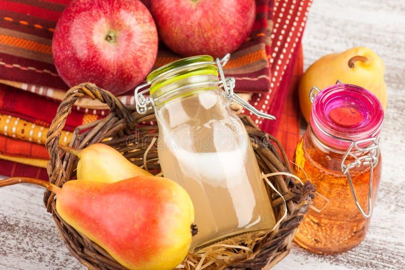 Cidre fait maison de poire de pomme photos libres de droits