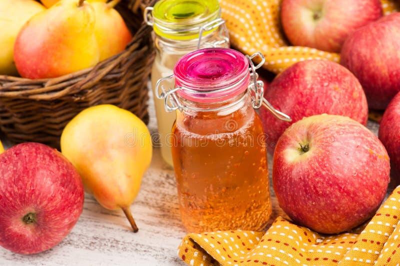 Cidre fait maison de poire de pomme photographie stock libre de droits