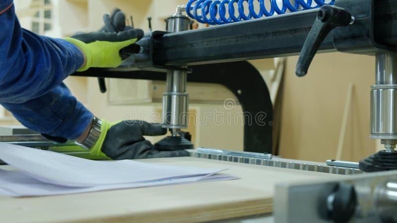 Cieśli sety w górę wiertniczej maszyny - Manufaktura drewniany meble fotografia royalty free