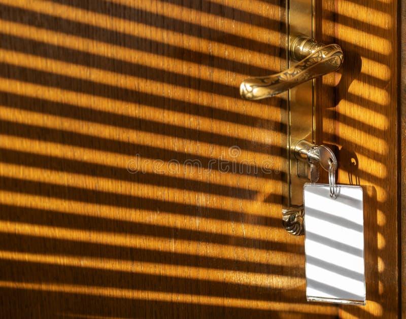 Cień światła na starych drzwiach hotelu zdjęcia stock