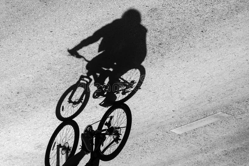 cień bicykl i cyklista zdjęcie royalty free