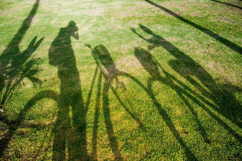 Cień cyklista na trawie fotografia stock
