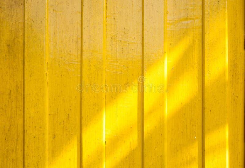 Cień na żółtym ściennym drewnie obrazy stock