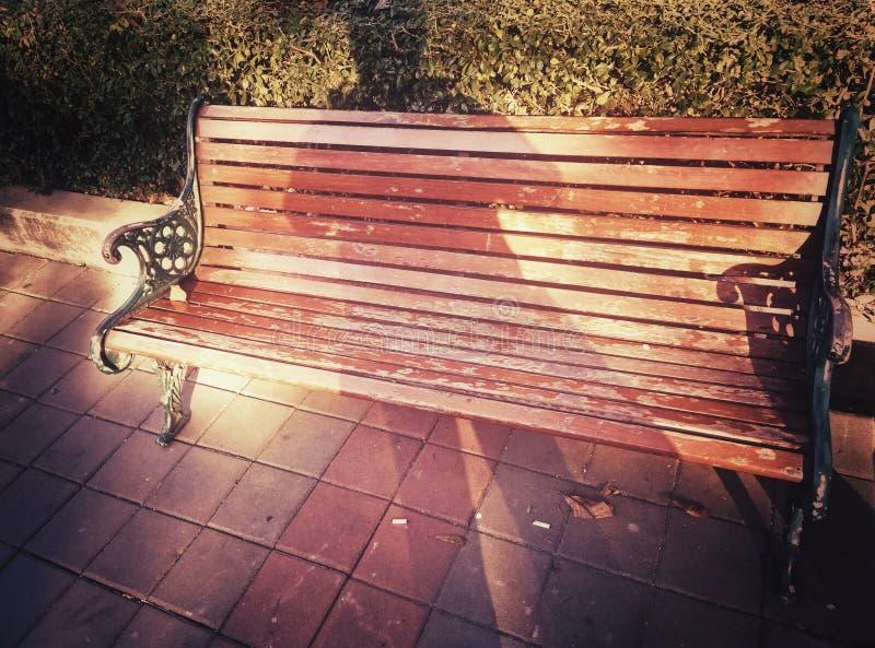 Cień nad starym drewnianym krzesłem obrazy stock