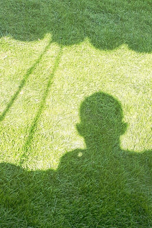 Cień osoba na zielonym polu obraz stock