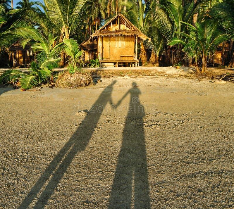 Cień para na zmierzch plaży blisko bungalowu obrazy royalty free