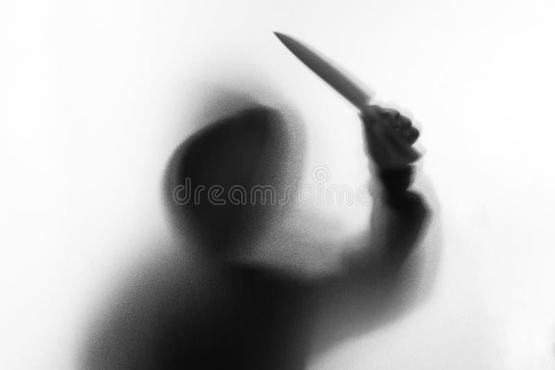 Cień plama horroru mężczyzna w kurtce z kapiszonu nożem w jego ręce obrazy royalty free
