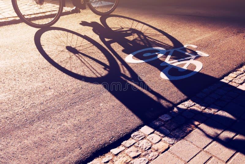 Cień unrecognizable cyklista na rowerowym pasie ruchu zdjęcia stock