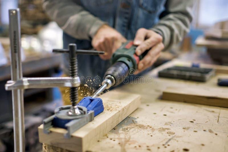 Cieśla instaluje meblarskiego zawias Kieszeniowy dziury joinery pojęcie obraz stock