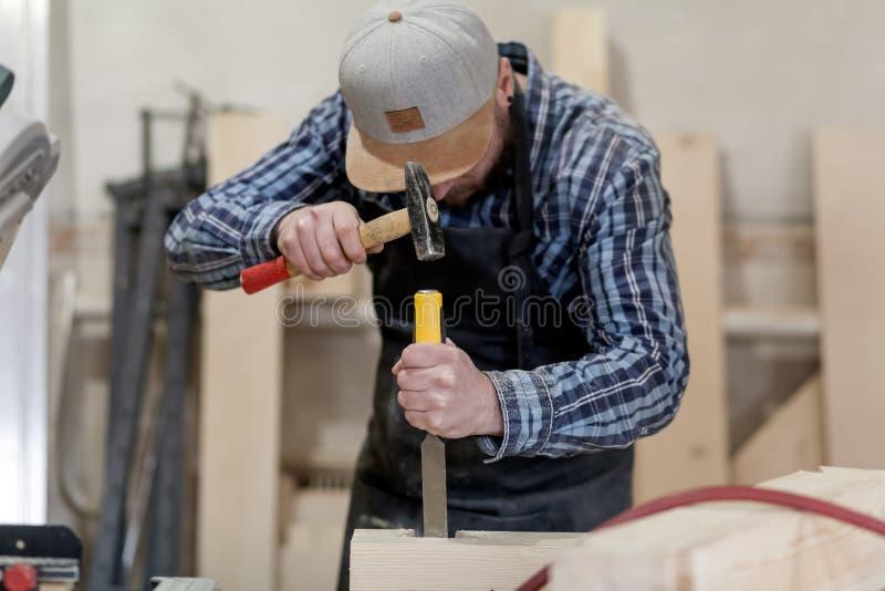 Cieśla praca z drewnianym zdjęcie royalty free