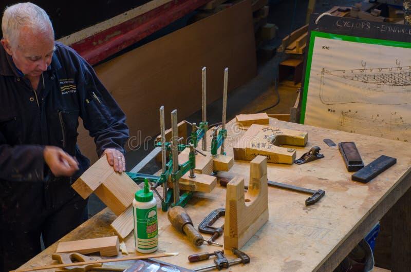 Cieśla pracuje na naprawach drewniana łódź obrazy royalty free