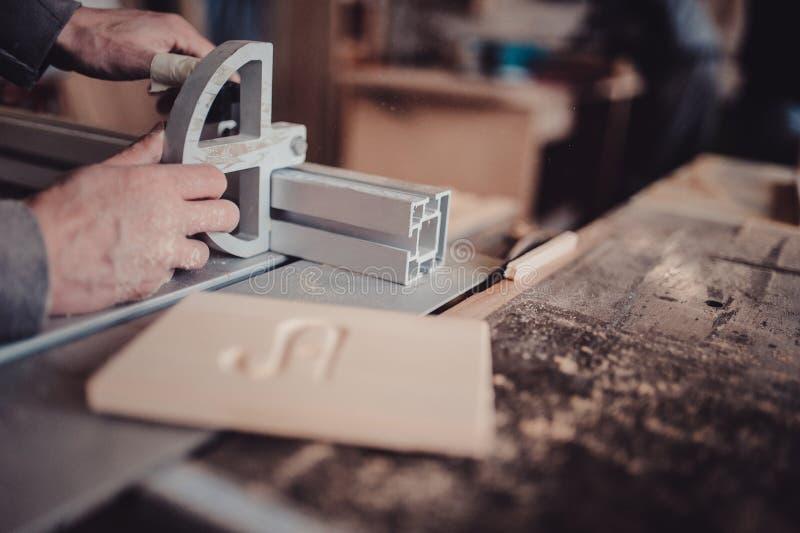 Cieśla pracuje na woodworking maszynowego narzędzie Piła meble szczegóły z kółkowym saw obrazy stock
