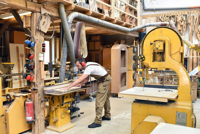 Cieśla pracuje w joinery - warsztat dla woodworking i sawi zdjęcie royalty free