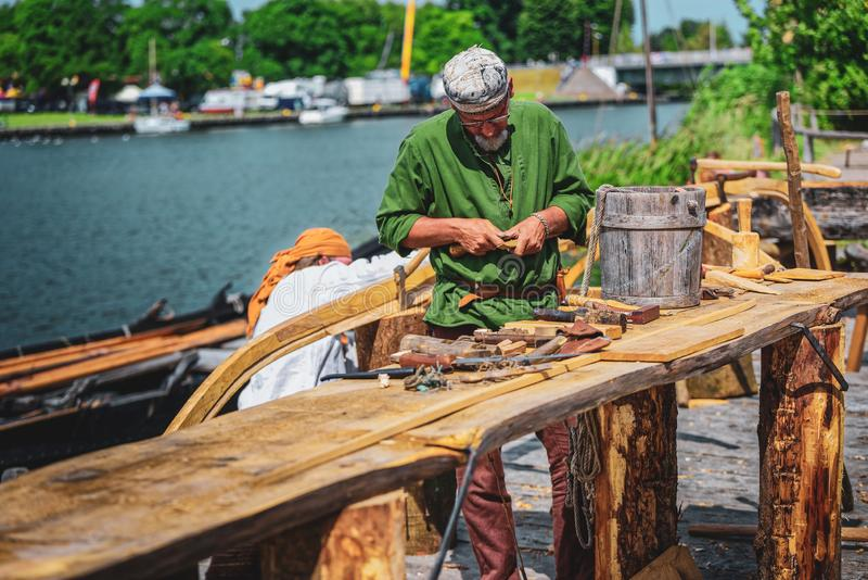Cieśla przy Viking i słowianek festiwalem, Wolina obrazy stock