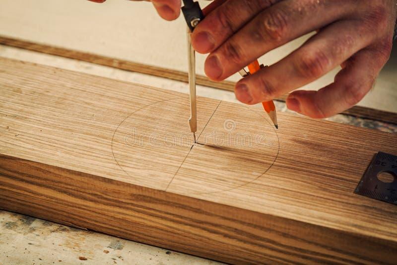 Cieśla zaznacza drewnianego zdjęcia stock