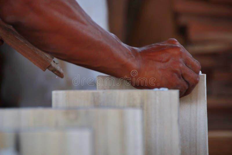 Cieśle pracują na woodworking maszynerii w ciesielka sklepach zdjęcia stock