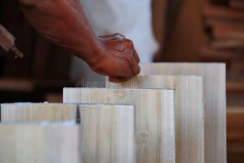 Cieśle pracują na woodworking maszynerii w ciesielka sklepach obrazy stock