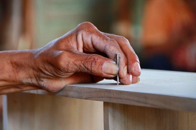 Cieśle pracują na woodworking maszynerii w ciesielka sklepach zdjęcie royalty free