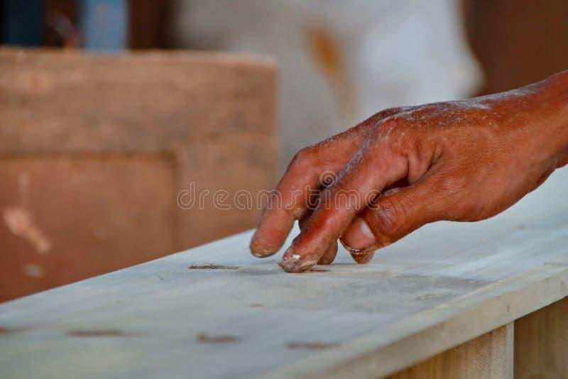 Cieśle pracują na woodworking maszynerii w ciesielka sklepach obrazy royalty free