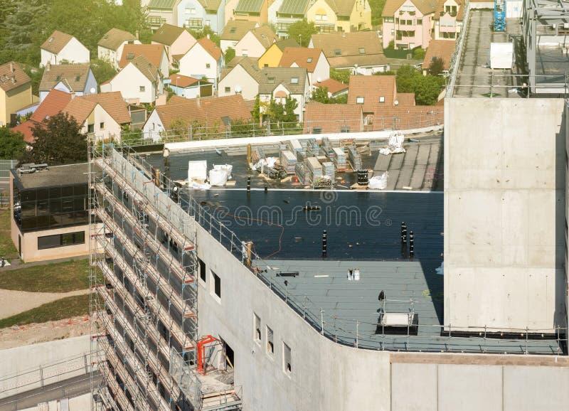 Cieśle pracuje na dachowym pozuje gumowym deszczu zdjęcia royalty free