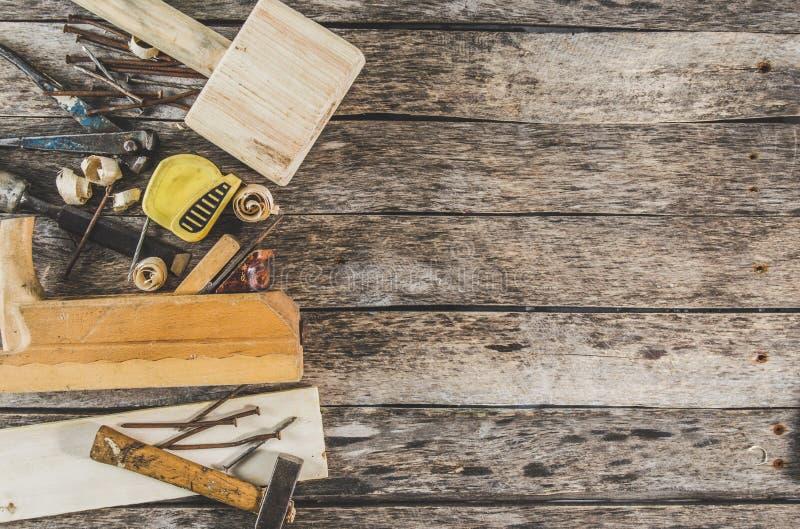 Cieśli narzędzia na drewnianej ławce, samolocie, ścinaku, dobniaku, taśmy miarze, młocie, tongs, cążkach, poziomie, gwoździach i  obraz stock