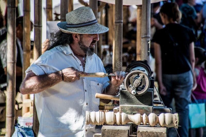 Cieśli pracujący drewno w wystawie zdjęcie royalty free