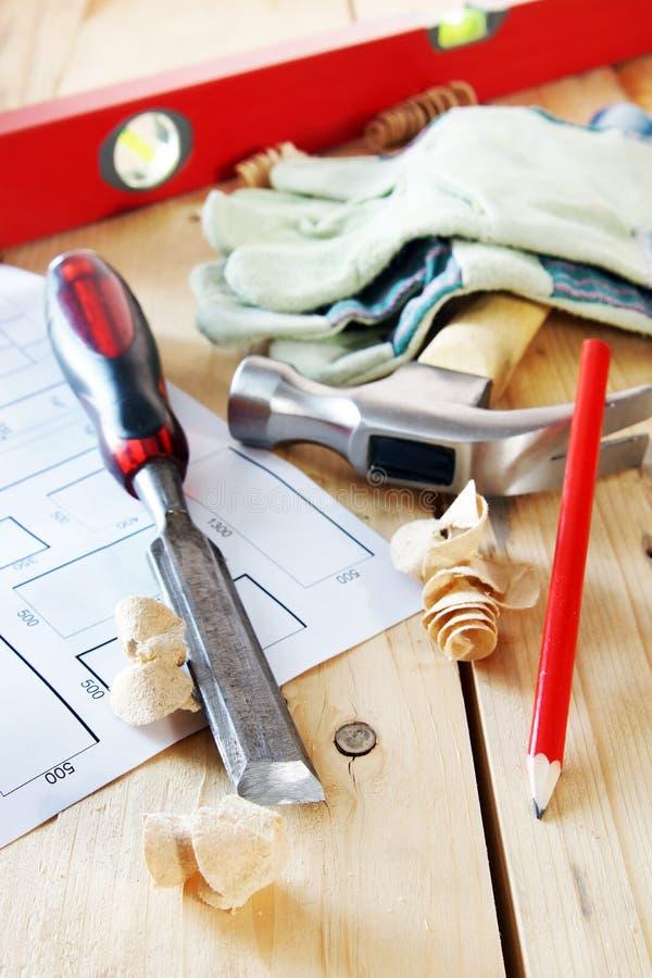 Cieśli pracujący narzędzia na drewnianym stole obraz stock