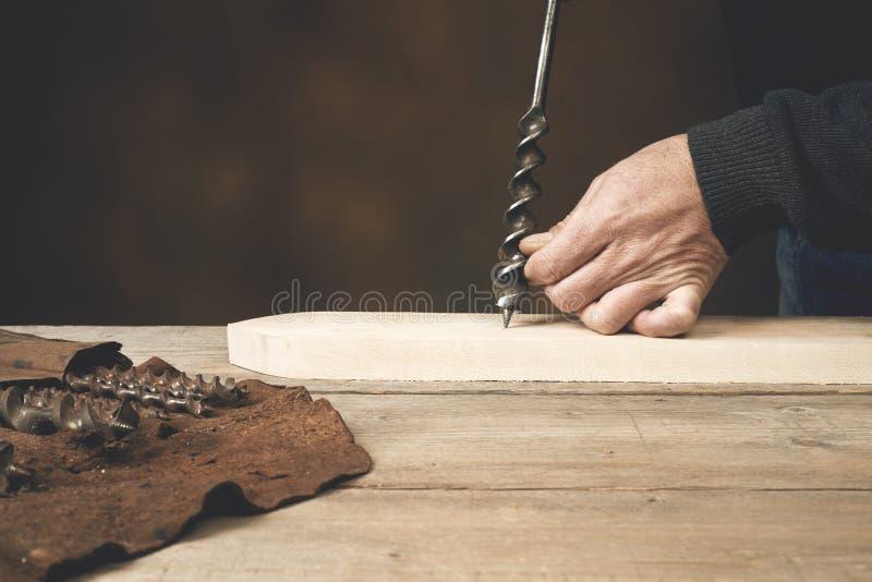 Cieśli ` s ręka przygotowywa musztrować drewno obraz stock