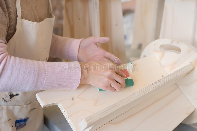 Cieśli sanding drewno z sandingpaper obrazy stock