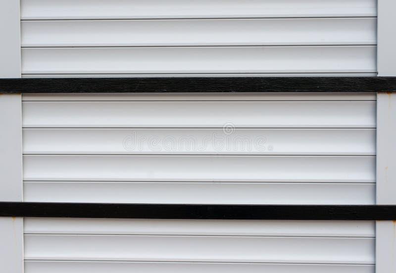 Ciechi orizzontali paralleli del metallo con due barre nere attraverso fotografia stock