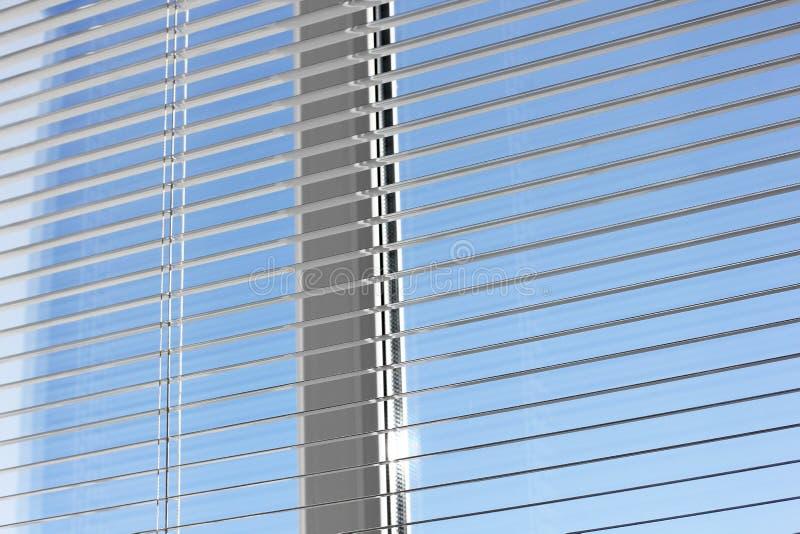 Ciechi sulla finestra Ciechi aperti fotografia stock