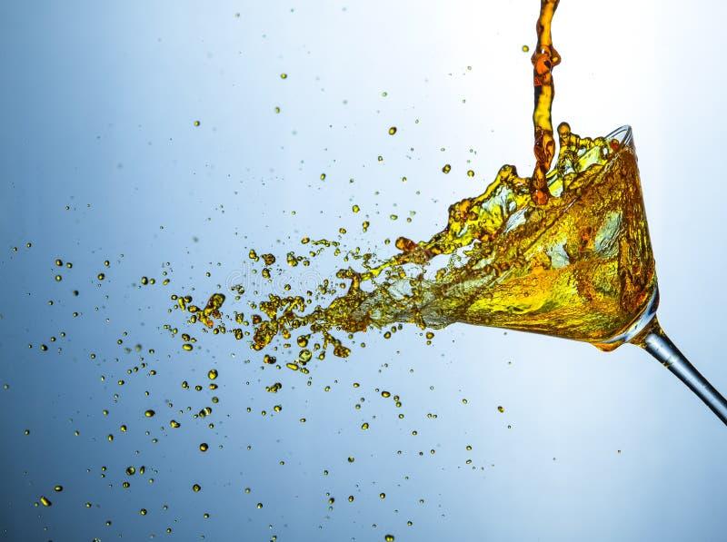 Ciecz fotografia Obfitość alkoholu napoju Małe kropelki Nalewać Z Jasnego wina szkła obraz royalty free