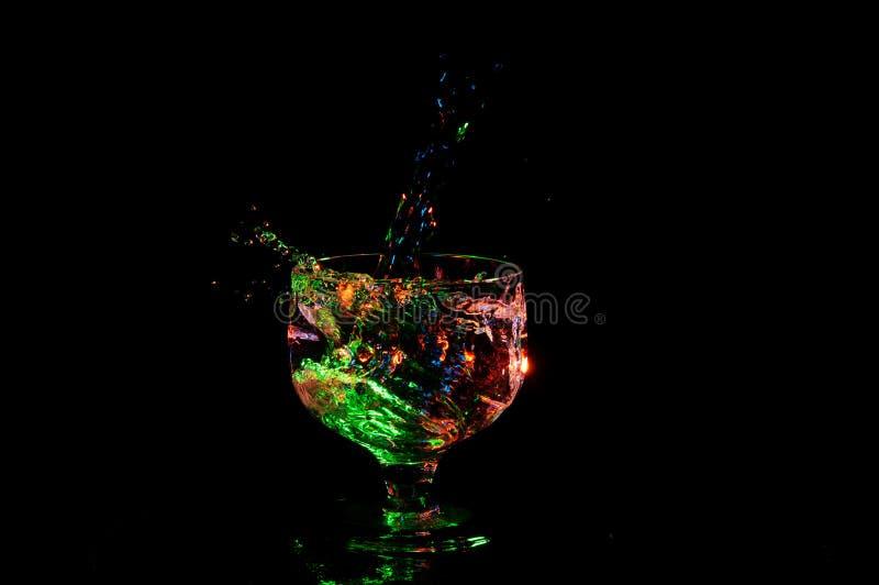 Ciecz pod zielonego światła chełbotaniem w galanteryjnym szkle fotografia royalty free
