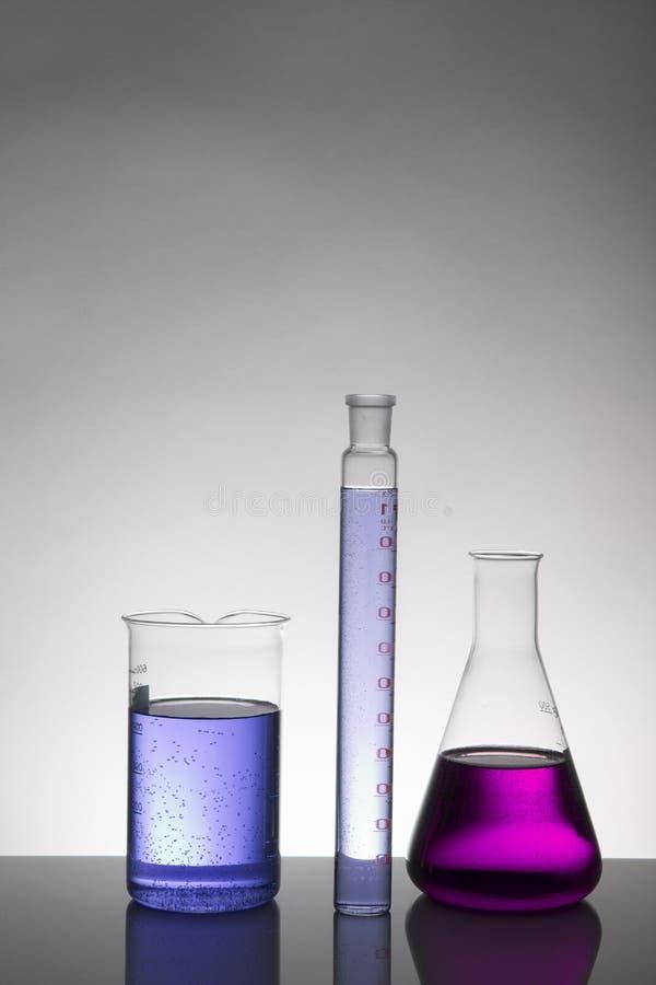 Ciecz w laboranckich butelkach Naukowy biochemiczny laboratorium Kolorowy ciecz fotografia stock