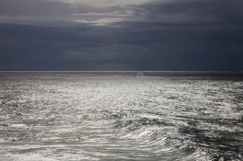 Ciecza srebro - Atlantycki oceanu i zmroku niebo zdjęcia royalty free
