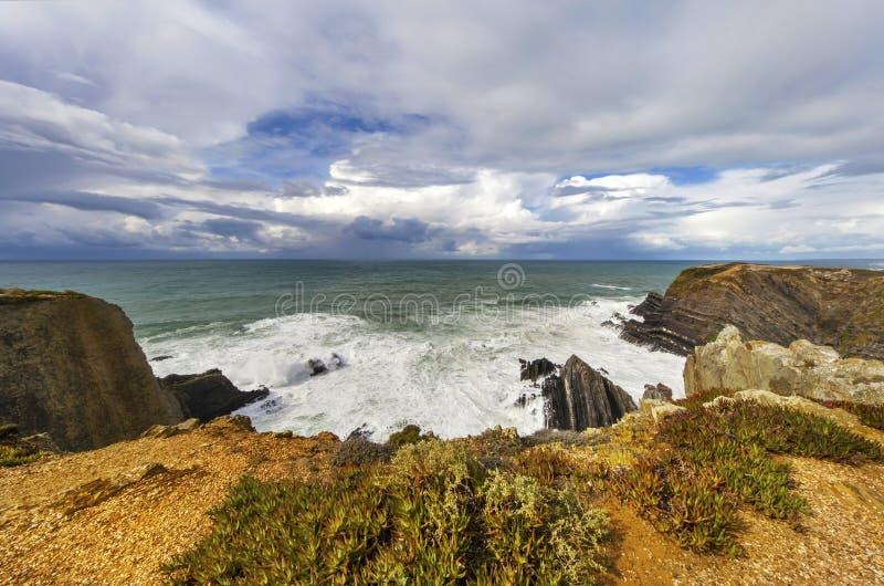 Ciecza srebro - Atlantycki oceanu i zmroku niebo obraz stock
